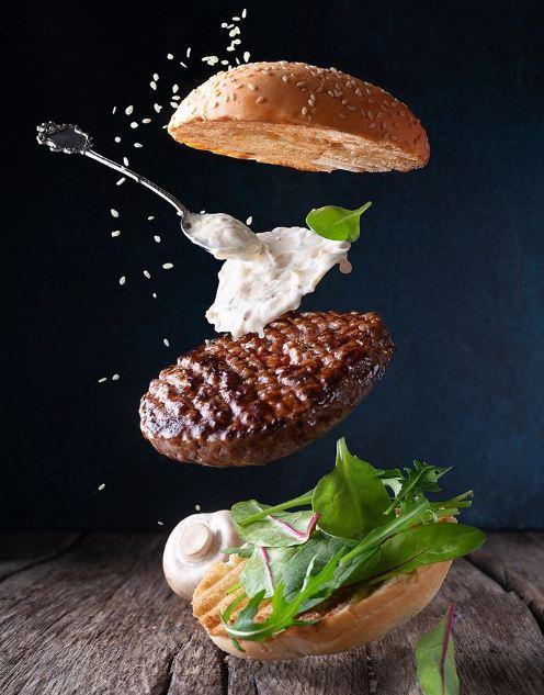 Anuncios de hamburguesas y hot dog llamativos