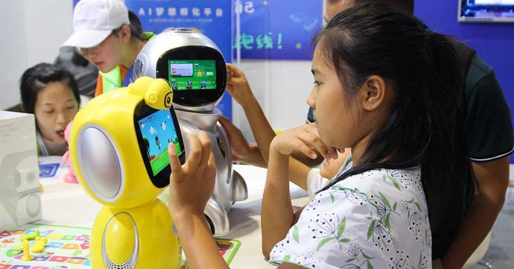 estudiantes inteligentes jugando con robots