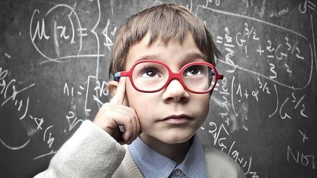 estudiantes inteligentes atentos a todos apunte